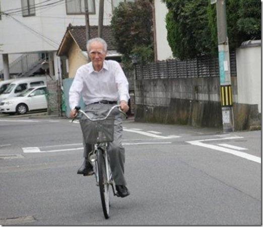 日本首相退休骑自行车出行